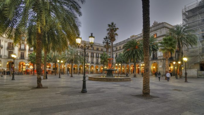 Placa Reial where to go for an evening out in barelona