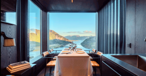 THE BOLDER SKY LODGES : CABINS ABOVE FJORD IN NORWAY